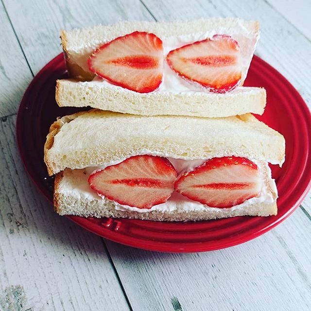 おやつに【イチゴサンド】 イチゴの季節もあと少しサンドイッチ用のパンに生クリームと一緒に挟むだけ🥪イチゴは、身体の熱を冷まします肝の高ぶりを抑えて、余分な熱を取り除き喉の渇きを潤して、胃腸の働きを活発にします今日のように暑い日や暑気当たりで食欲のない時にお勧めですビタミンCが豊富なので風邪予防や美肌効果も期待できます身体を冷やすので、冷え性の方は控えめにして下さいね#イチゴ #フルーツサンド #薬膳 #薬膳初級講座 #心美陽 #上尾 (Instagram)