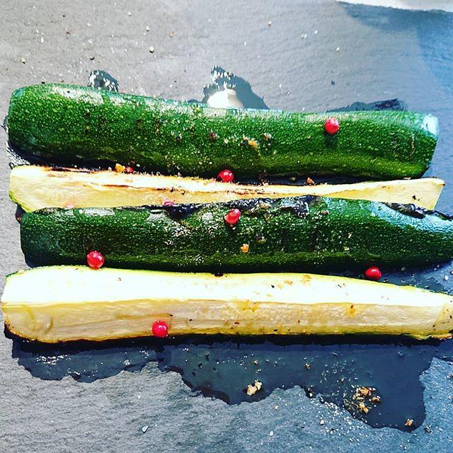 【ズッキーニ】ご近所で、たくさん採れ始めたズッキーニカボチャの仲間ですが、淡色野菜ですシンプルにグリルで焼いて、塩、胡椒とオリーブオイルで頂きますズッキーニは、肺の熱を冷まし潤します喉の渇きを癒し、むくみにもお勧めです。これから気温が高くなります。熱気を帯びた外気で肺を痛めないようにズッキーニの力をかりて肺を守りましょうただし、食べ過ぎは身体を冷やすから身体を温める性質の胡椒をたっぷりかけてね️ いつものご飯で健康管理 毎日の生活で少しずつ出来ること#ズッキーニ #薬膳 #簡単料理 #上尾 #埼玉 #心美陽 (Instagram)