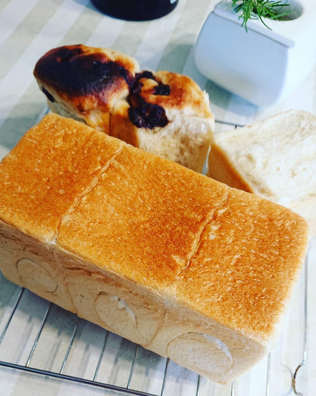 やっと出来た️ 食パン過発酵だったり、焦げたり、型から溢れたりオーブンに慣れるまで色々あったけど、やっと思い通りに焼き上がりました\(^^)/素直に嬉しい🥰#作る喜び #食パン #オーブン #いいかおり (Instagram)